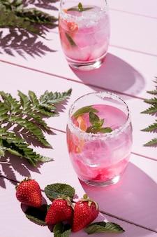 Высокий угол стекла с холодным клубничным напитком