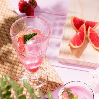新鮮な飲み物とグラス