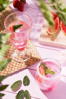 テーブルの上の新鮮な飲み物とガラス