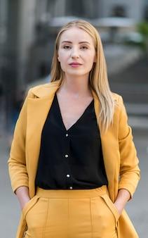 Вид спереди профессиональной деловой женщины в костюме