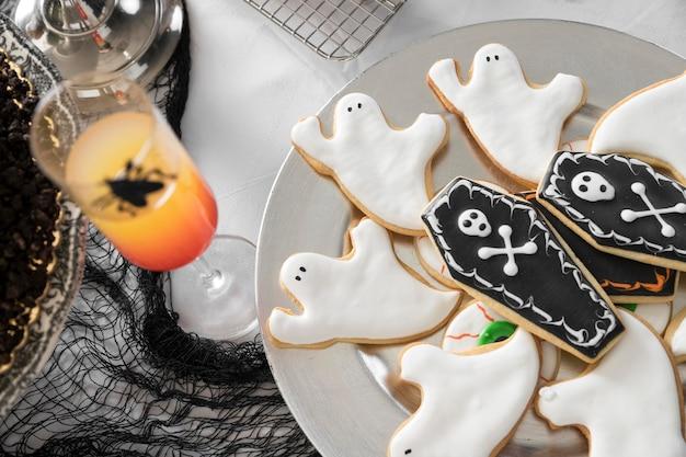 Ассортимент угощений для хэллоуина на столе