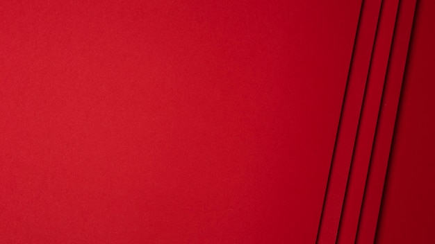 Плоская композиция из листов красной бумаги