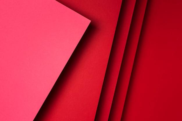 赤い紙シートの背景のトップビューの品揃え
