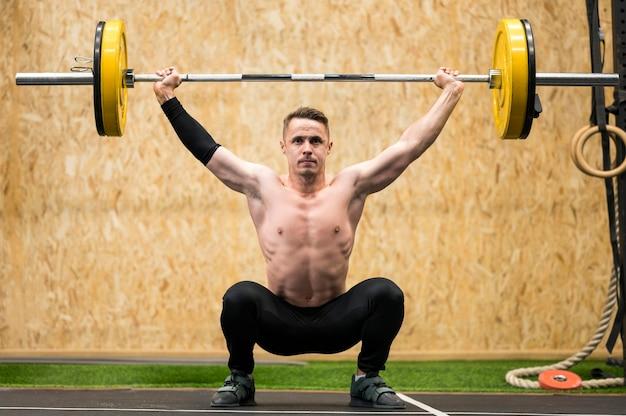 重量挙げとトレーニングの男