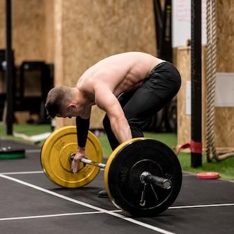 重量挙げとトレーニング高角男