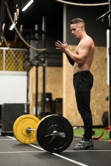 重量挙げとトレーニング側ビュー男