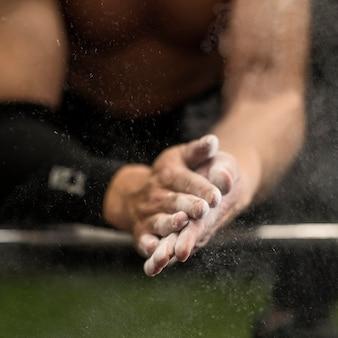 重量挙げのクローズアップ男性トレーニング