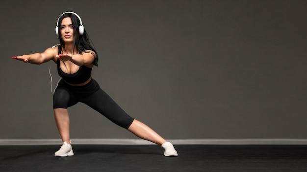 Женщина с наушниками, обучение с копией пространства