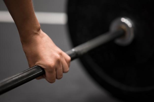 Тренировка женщины крупного плана с поднятием тяжестей