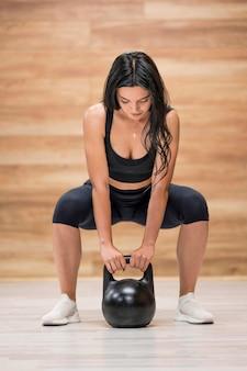 Тренировка женщины высокого угла