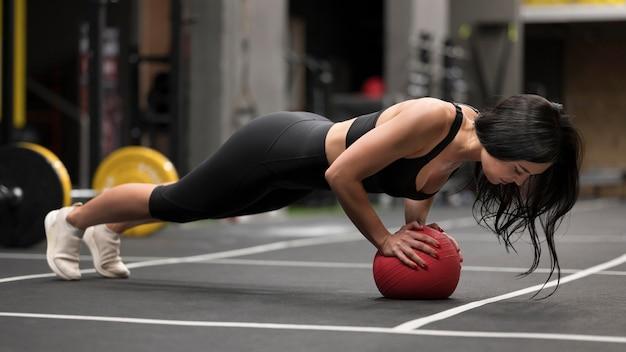 Женщина работает с мячом