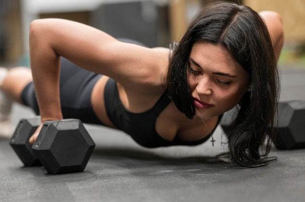 Тренировка женщины конца-вверх с весами