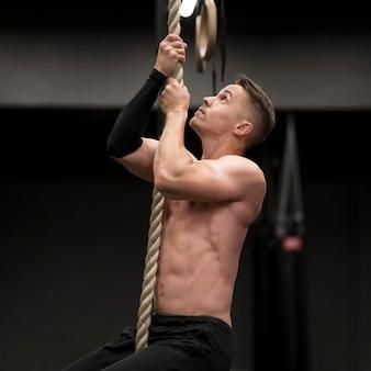 ロープに登ってサイドビュー男