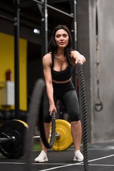 ひもでトレーニングする女性