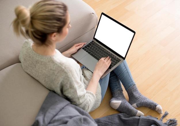 Вид сверху внештатная женщина на диване работает
