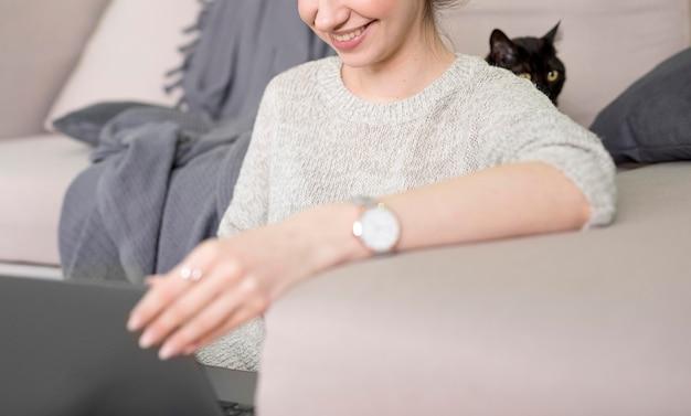 Макро внештатная женщина работает на ноутбуке