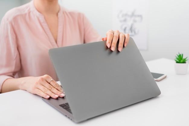 Макро женщина с ноутбуком