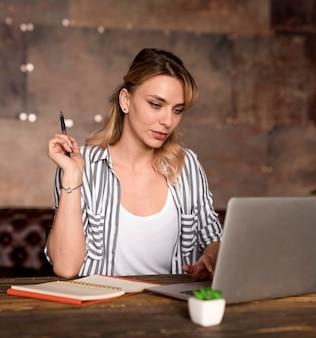 ノートパソコンを確認するフリーランスの女性