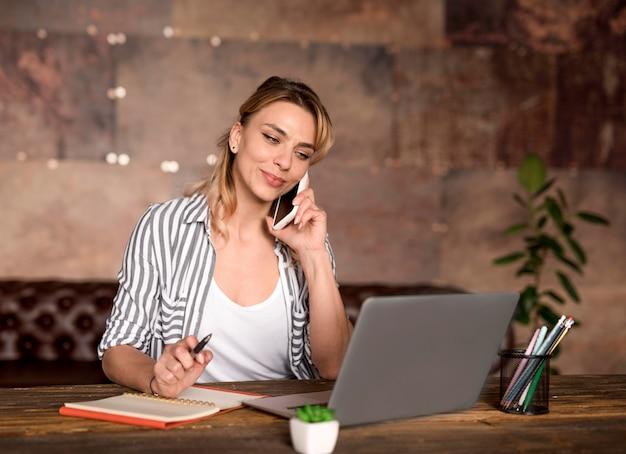 Внештатная женщина разговаривает по телефону