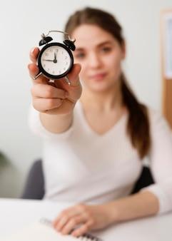 Внештатная женщина с часами
