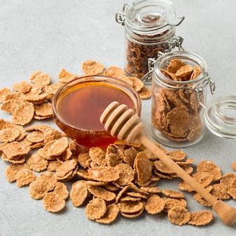Крупный план круп с медом