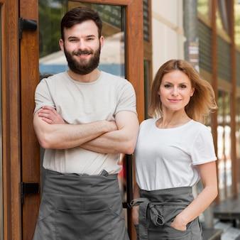 中小企業を再開するカップル