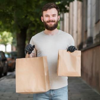 パッケージを配達する宅配便