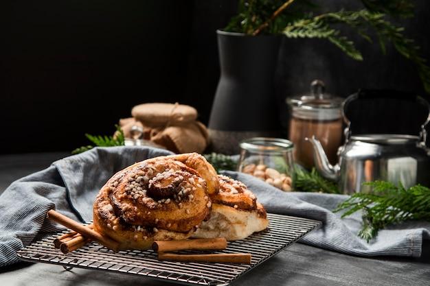 Крупным планом булочки с корицей на тарелке