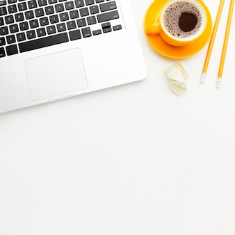 ノートパソコンとコーヒーとフラットレイアウトフレーム