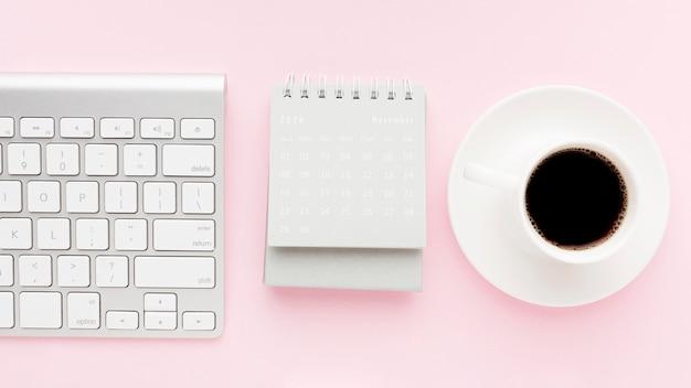 コーヒーとトップビューデスクコンセプト