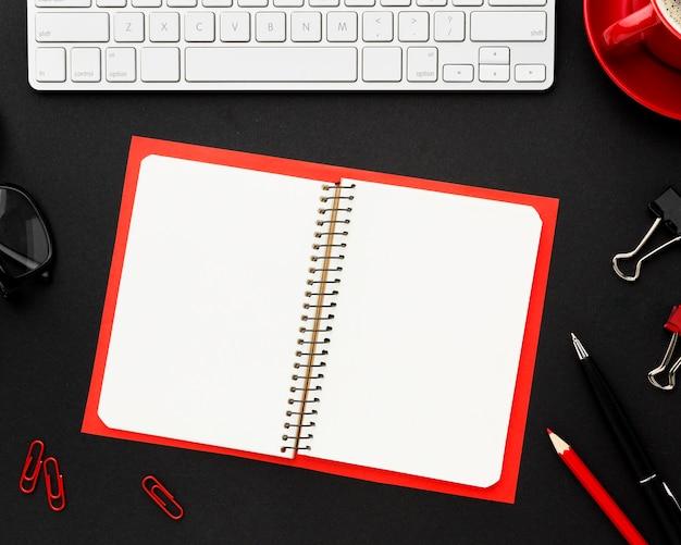 ノートブックとトップビューデスクコンセプト