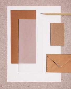 机の上の紙事務用品のトップビュー