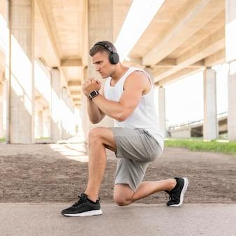 Спортивный человек тренируется на свежем воздухе