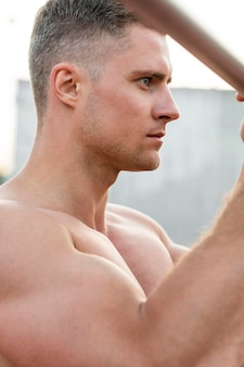 Вид сбоку спортивного человека тренировочного без рубашки