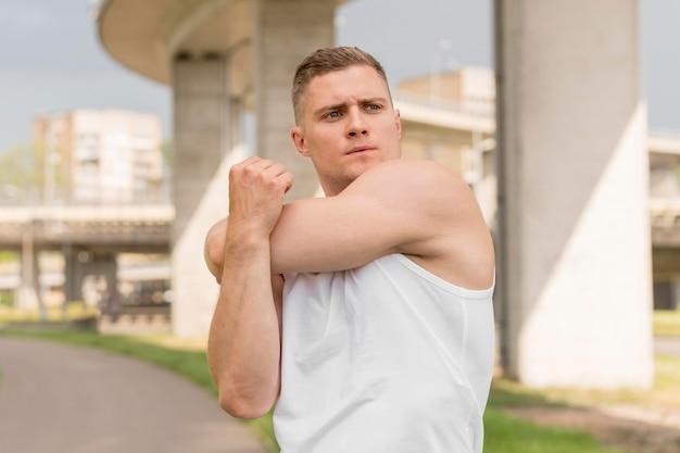 Вид спереди человека растяжения