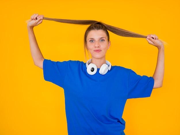 音楽のコンセプトを持つ女性の正面図