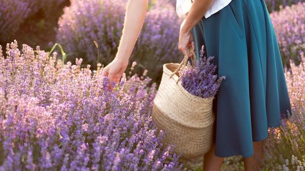 花畑でリラックスできる女性