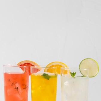 Бокалы со свежими напитками с копией пространства
