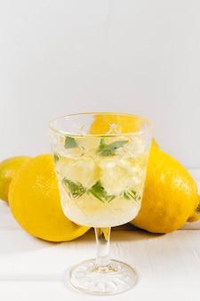 Стакан со свежим лимонадом