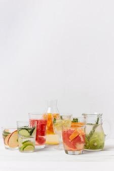 テーブルの上のフルーツ風味の飲み物が付いている瓶