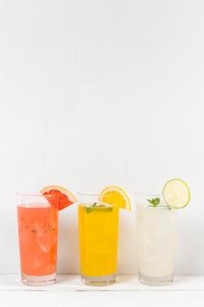 テーブルに柑橘類の飲み物とグラス