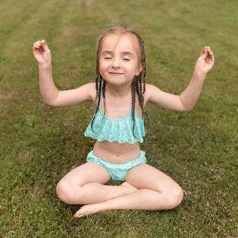 Маленькая девочка медитирует
