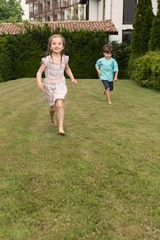 走っている子供