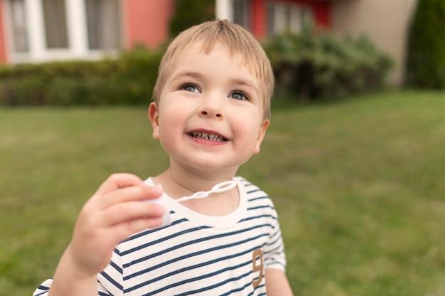 泡送風機で遊ぶかわいい男の子