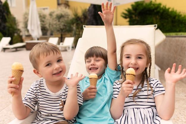 ハイアングルの子供たちがアイスクリームを食べる