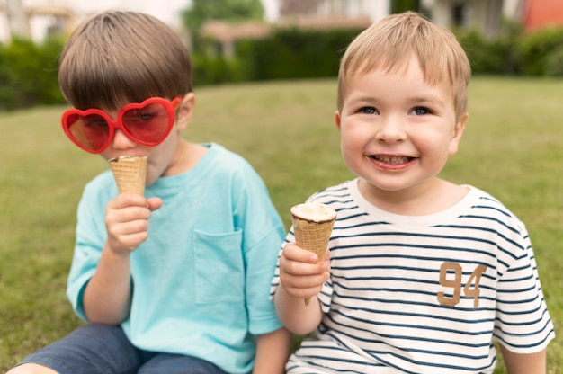 Маленькие мальчики наслаждаются мороженым