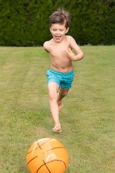 ボールで遊ぶ少年