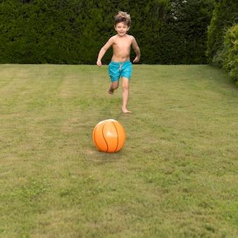 ボールを走っている少年