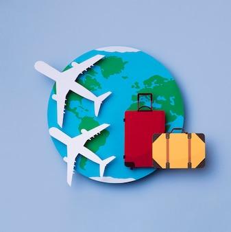 荷物のあるトップビューの世界観光の日