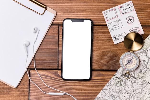 コンパスと世界地図のトップビュー携帯電話